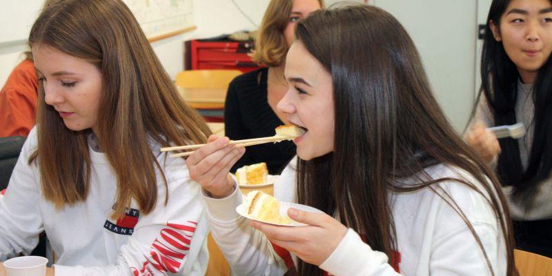 Taart eten met stokjes