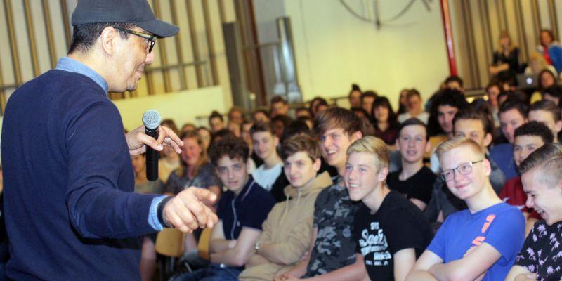 Gastles Jörgen Raymann ontvangen met gulle lach