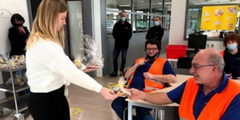 Leerlingen Zorg & Welzijn trakteren medewerkers Gresbo